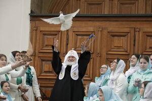 رها کردن کبوتران مقابل کلیسای جامع ارتودکس