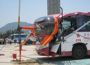 برخورد هلیکوپتر با اتوبوس گردشگران