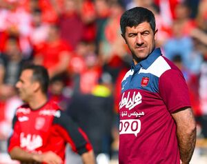 عکس یادگاری مربی پرسپولیس با جام قهرمانی