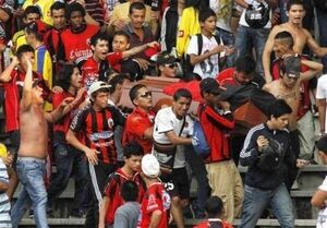 عکس/ جسد هوادار کلمبیایی در استادیوم!