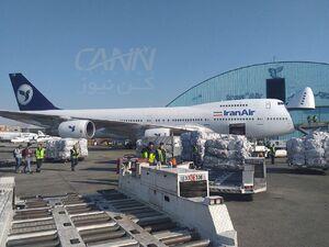 """بارگیری بزرگترین محموله ارسالی برای  امدادرسانی به هموطنان سیلزده در هواپیمای بوبینگ B747-200AC(SCD) باری هواپیمایی جمهوری اسلامی ایران """"هما""""  حدود ۱۰۰ تن در فرودگاه مهرآباد تهران جهت ارسال به فرودگاه اهواز"""