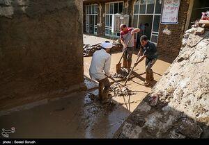 تلاش مردم معمولان برای پاک کردن آثار سیل