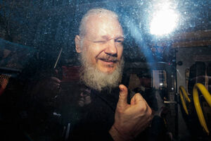 عکس/ بازداشت موسس سایت ویکیلیکس