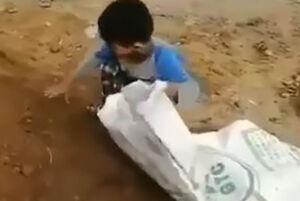 فیلم/ تلاش دیدنی کودک خوزستانی برای مقابله با سیل