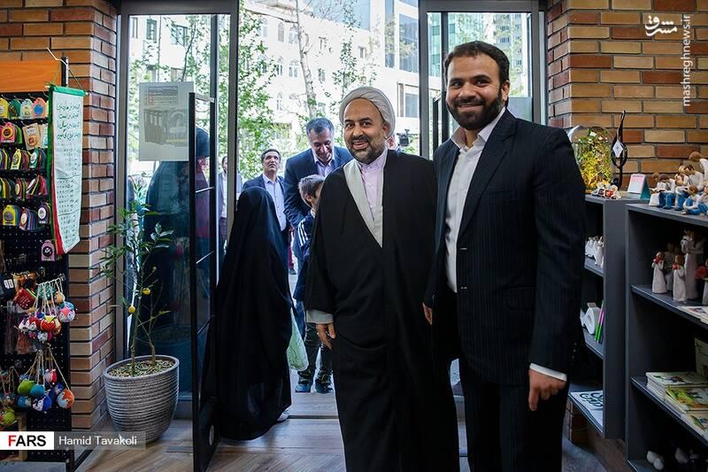 حجت الاسلام زائری و سعید مکرمی (مدیر نشر اسم) در افتتاح کتابفروشی اسم