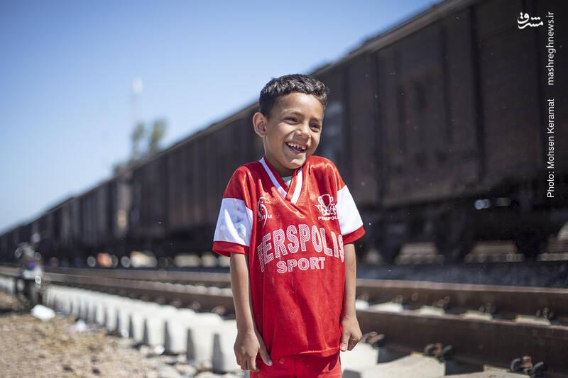 با تعطیلی مدارس در مناطق سیل زده، کودکان فرصت بیشتری برای بازی پیدا کرده اند.