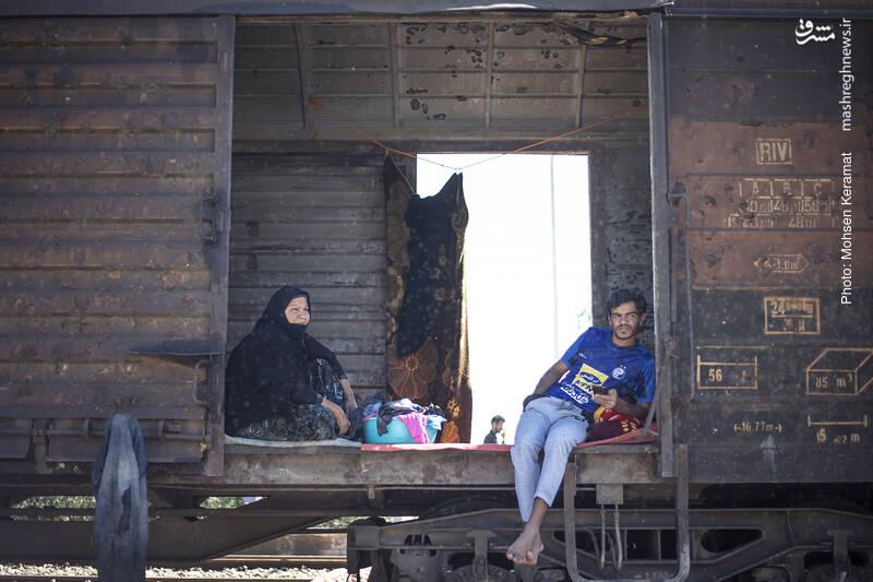حدود پانزده روز است که واگنهای یک قطار باری در این ایستگاه محلی مناسب برای اسکان خانواده های بام دژی شده است.