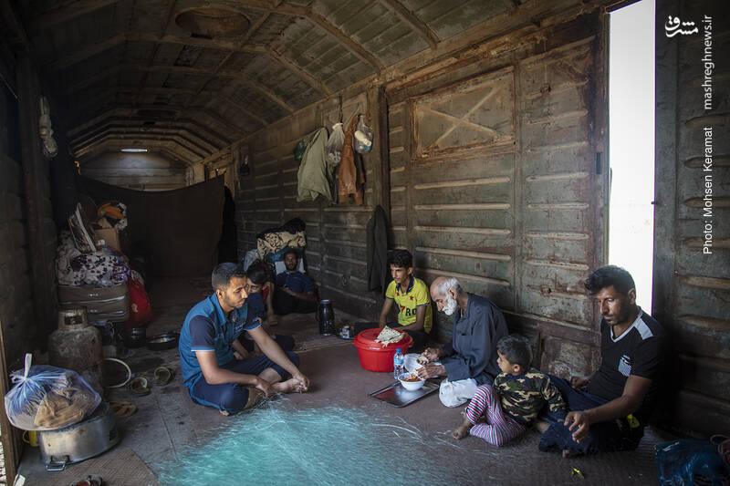 شغل اغلب اهالی روستا کشاورزی است. اما بیشتر اراضی کشاورزان به زی آب رفته است.