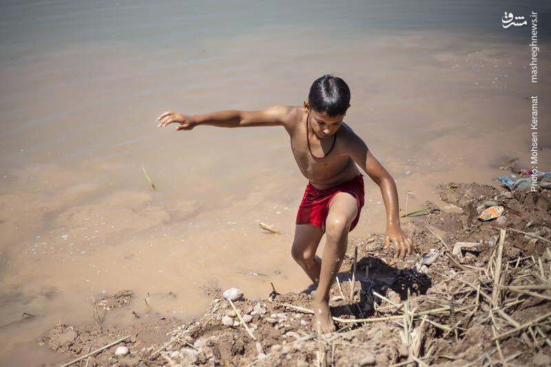 بدلیل فقدان حمام، کودکان هر روز در آب سیلاب آب تنی میکنند.