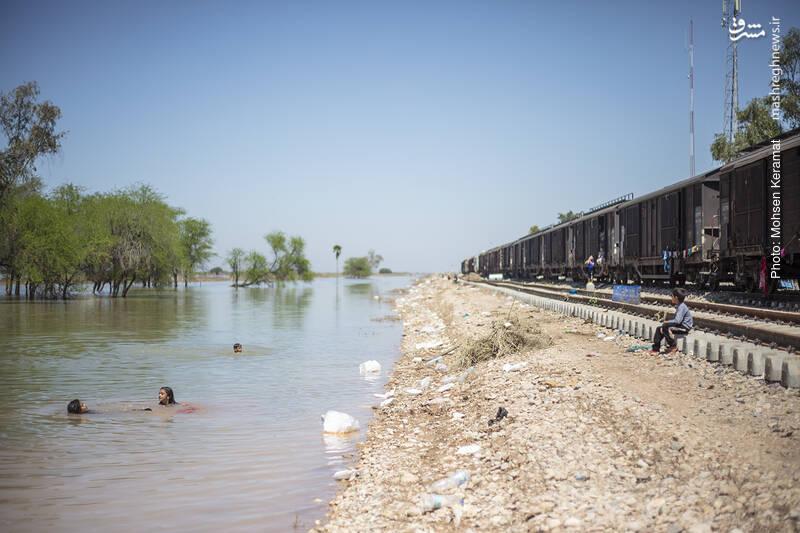 خروجی سدهای دز و کرخه چند برابر شده و زمین های کشاورزی روستاهای اطراف را زیر آب برده است.