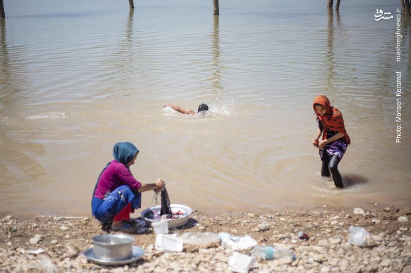 شستشوی لباسها هم در سیلاب انجام میشود.