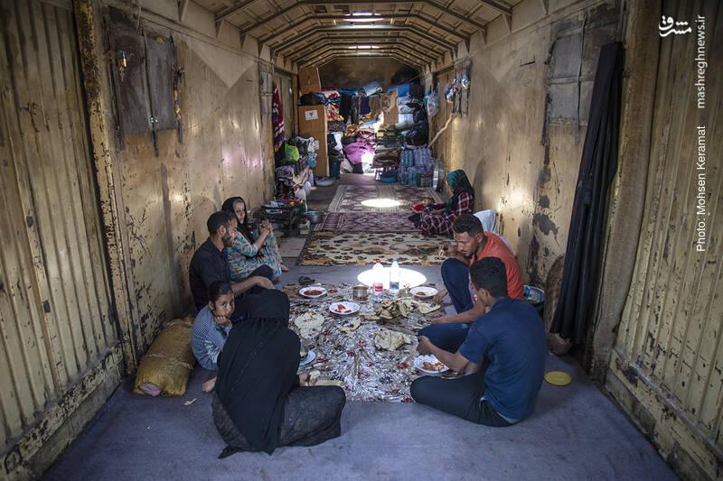 شرایط دشوار زندگی در روستای بام دژ به دلیل سیلابی شدن کوچه پس کوچه های این روستا اهالی بام دژ را مجبور به زندگی در قطار متوقف در ایستگاه راه آهن بام دژ کرده است.