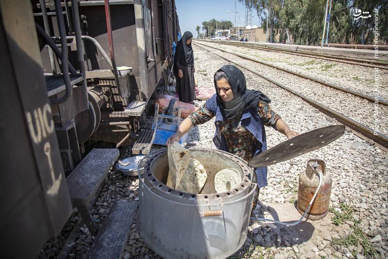 هر روزه به ساکنان این قطار بسته های خوراکی از قبیل غذای گرم و کنسروی، آب معدنی و نان ارسال میشود، اما برخی دوست دارند خود در تنورهای خانگی برای خود نان بپزند.