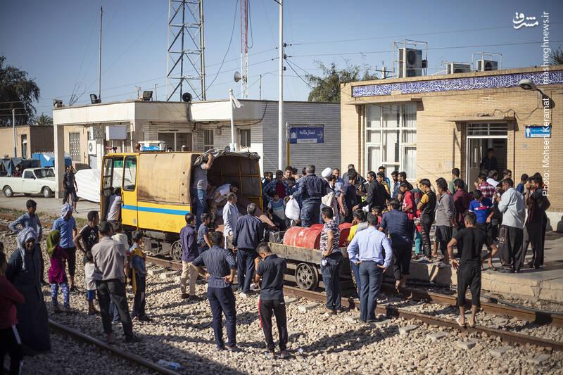 """مسئولین راه آهن نیز اقلام مورد نیاز مردم را از طریق """"درزین"""" به سختی و با عبور از موانع آبی خطرناک به بامدژ می رسانند."""