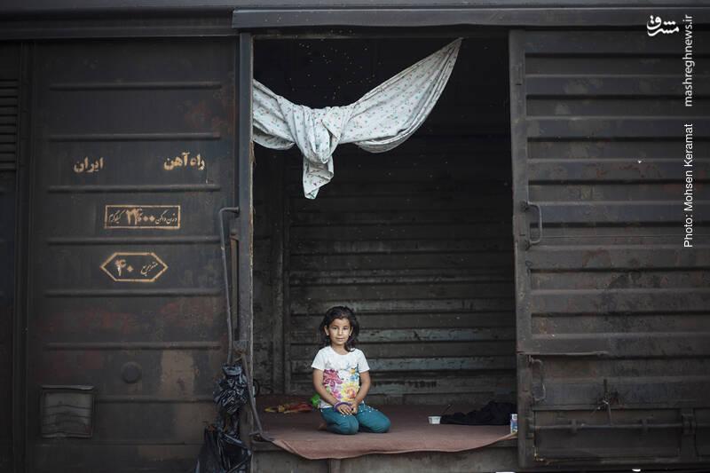 کودکان بام دژی در واگنهای قطار به انتظار نشستهاند تا با فروکش کردن سیلاب، دوباره به مدرسه بروند.