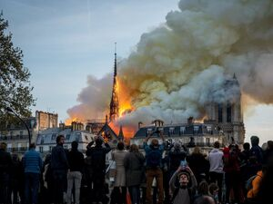 عکس/ سلفی با کلیسای آتشگرفته!