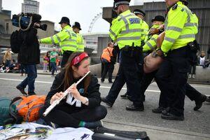 عکس/ بازداشت بیش از ۱۲۰ فعال محیط زیست در لندن