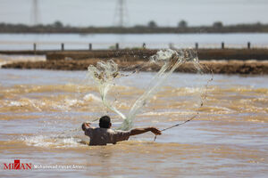 عکس/ صید در سیلاب