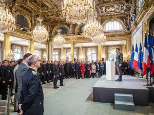 عکس/ تقدیر رئیس جمهور فرانسه از آتش نشانان