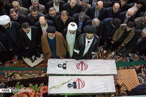 عکس/ پرواز جهادگران روی دست مردم به سوی آسمان