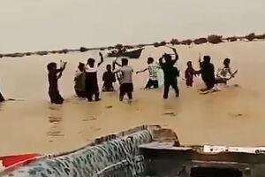 فیلم/ شادی مردم سیستان از ورود آب با چوب بازی
