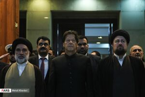 عکس/ ادای احترام نخست وزیر پاکستان به مقام شامخ امام راحل(ره)