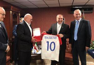 عکس/ اهدای پیراهن لوکا مودریچ به وزیر ورزش