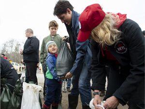 عکس/ نخست وزیر کانادا و پسرانش در مناطق سیل زده