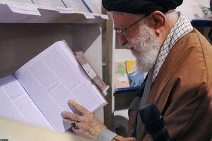 امضای رهبر انقلاب پای کتابی درباره عماد مغنیه +عکس