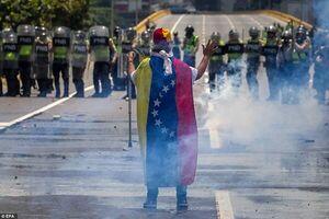 دولت ونزوئلا: گروهی کوچک و خائن در حال کودتا هستند/ گوایدو: پایان قطعی غصب کشور فرا رسیده است/ حمایت آمریکا از کودتاچیان +عکس و فیلم