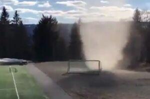 فیلم/ گردباد دروازه فوتبال را با خود برد!