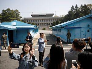 عکس یادگاری با سربازان مرزبانی کره شمالی