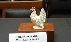 قرار دادن مجسمه مرغ در جایگاه دادستان آمریکا!