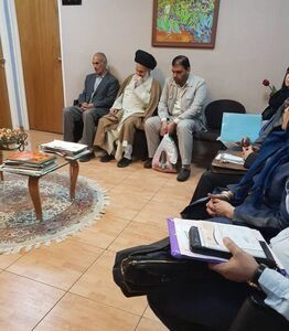 آیتالله حسینی بوشهری امام جمعه قم در کنار مراجعین و منتظر نوبت پزشک