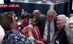 فیلم/ پرتاب تخم مرغ به سمت نخست وزیر استرالیا