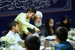 عکس/ روحانی اولین افطارش را با چه کسانی خورد؟