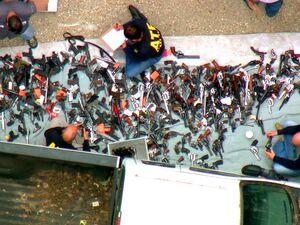 عکس/ کشف صدها اسلحه از یک خانه!