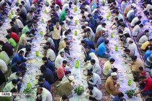 عکس/ ضیافت افطاری در حرم حضرت معصومه(س)