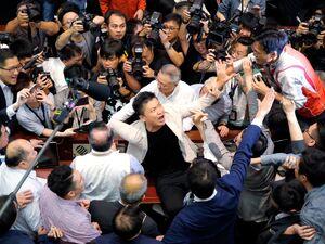 عکس/ زد و خورد در مجلس قانون گذاری هنگ کنگ!