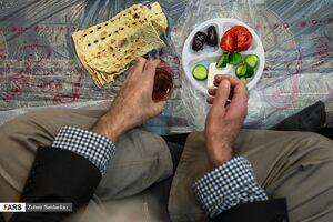 عکس/ افطاری ساده در مسجد المهدی سعادت آباد