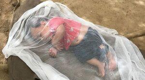 عکس/ خواب نیمروزی کودک سیل زده!