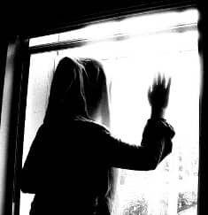 زن جوان زندگی لاکچری می خواست ،از خانه فرار کرد/با کمک مأموران پلیس زن جوان به آغوش خانواده اش بازگشت