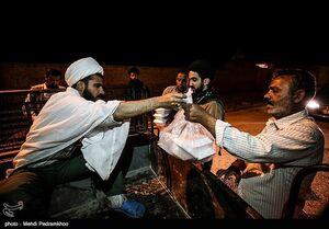 عکس/ توزیع وعدههای افطار و سحر در مناطق سیلزده
