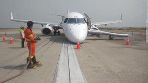 عکس/ فرود هواپیما بدون چرخ جلو در میانمار