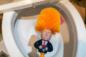 استفاده چینی ها از ترامپ در دستشویی