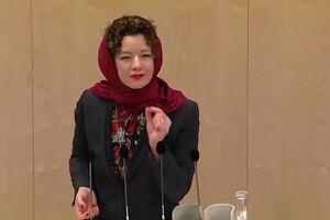 فیلم/ شیوه اعتراض یک نماینده زن به ممنوعیت حجاب!