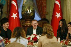 اوزیل و افطاری جنجالی با اردوغان +عکس