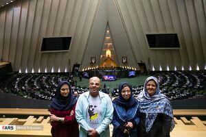 عکس/ حضور قربانیان اسید پاشی در مجلس