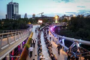مراسم افطار مردمی در پل طبیعت تهران
