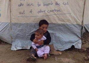 نوشتهای زیبا روی چادر یکی از مهاجران در اروپا +عکس